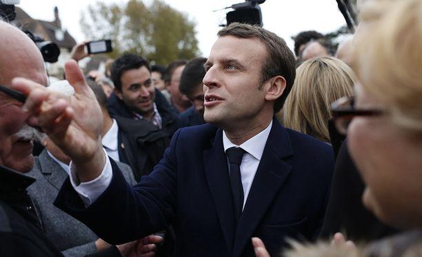 Ensimmäisten ennusteiden mukaan eniten ääniä on saanut euromyönteinen Emmanuel Macron.