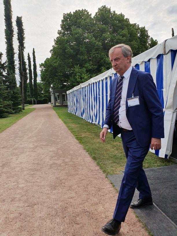 Liike Nytin puheenjohtaja ja kansanedustaja Hjallis Harkimo harppoi maanantaiaamuna teltasta toiseen.