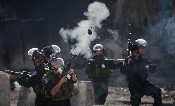 Israelin rajavartiat ampuivat perjantaina kyynelkaasua palestiinalaismielenosoittajia päin.