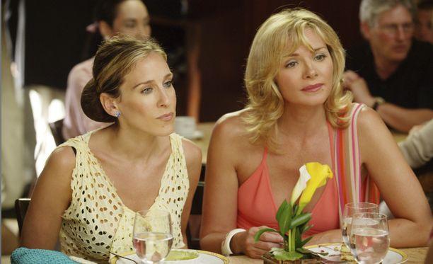 Sarah Jessica Parker (vasemmalla) ja Kim Cattrall eivät tulleet toimeen sarjan kulisseissa.