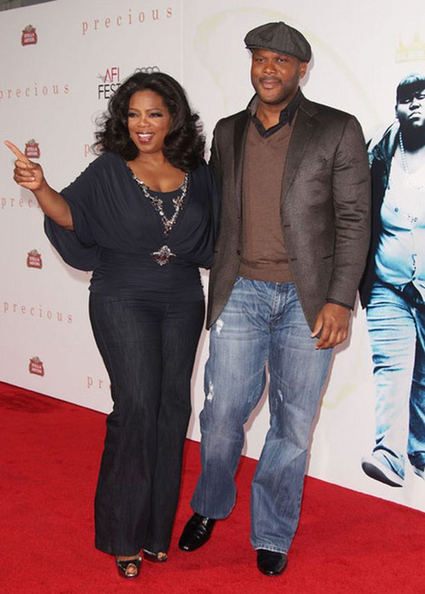 Oprah Winfrey saapui ensi-iltaan käsikynkässä ohjaaja Tyler Perryn kanssa. He toimivat Preciousin tuottajina.