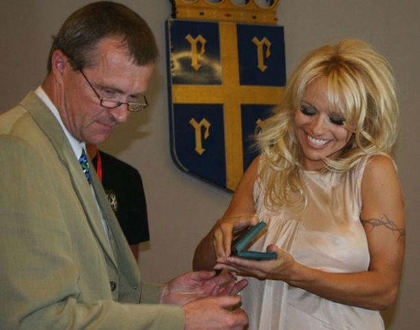 Pekka Oivanen ojensi Pamelalle pitsikoruja tervehdyksenä Rauman kaupungilta.