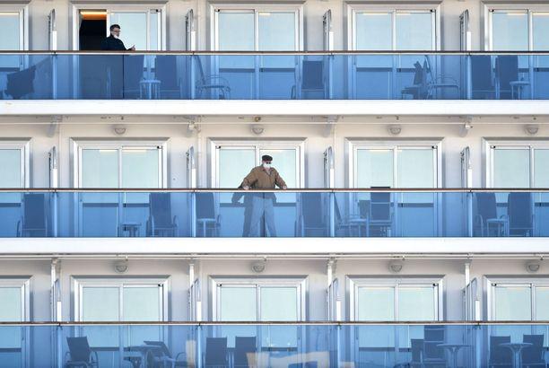 Luksusristeilijöiden karanteenissa olevat matkustajat joutuvat olemaan pääasiallisesti hyteissään.