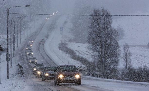 Pohjanlahden rannikolla voi tulla maanantaina vähäistä lumisadetta tai jäätävää tihkua, kertoo Ilmatieteen laitos.