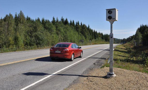 Lakiesityksen yhtenä tavoitteena on siirtää kameratolpat suorilta tieosuuksilta todellisiin riskipaikkoihin.