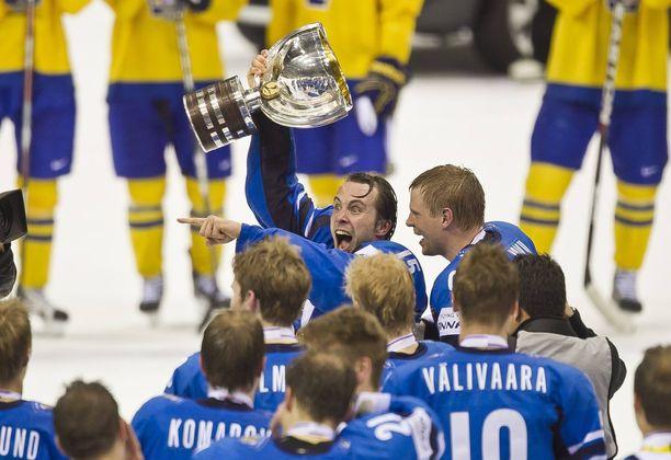 Tuomo Ruutu juhli MM-pokaalin kanssa 2011.