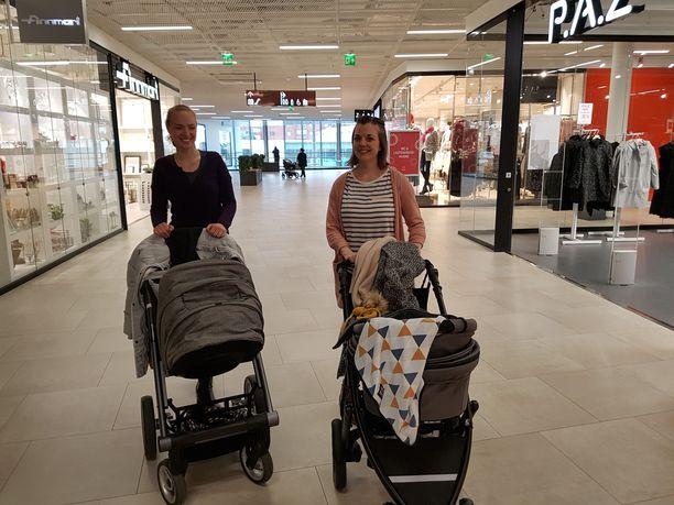 Elena ja Sini olivat shoppailemassa pienokaiset vaunuissaan.