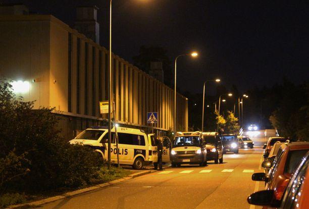 Henkirikoksen paljastuttua Helsingin Kannelmäessä oli sunnuntaina illalla paikalla useita poliisin yksiköitä.