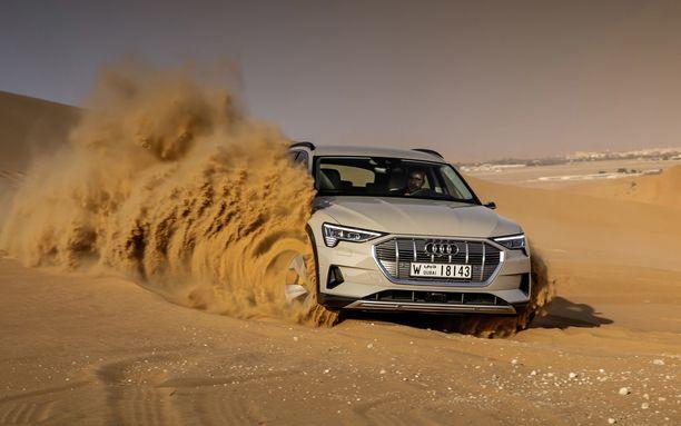 Uusi sähkö-Audi esiteltiin autiomaa-alueen lähistöllä Abu Dhabin Masdar Cityssä, joka on hieman yllättäen tullut tunnetuksi uusiutuvien luonnonvarojen, kuten tuulivoiman, käytöstä.