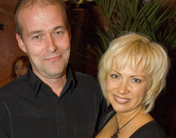 Helena Ahti-Hallberg saapui bileisiin miehensä kanssa.