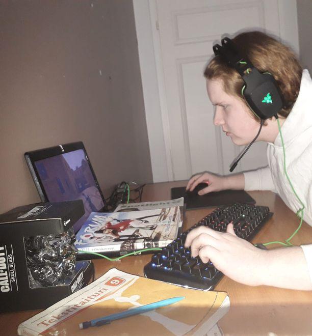 Opintojen ohella Joonas tappaa aikaa ja terroristeja Counter-Strike: Global Offensive -pelissä.