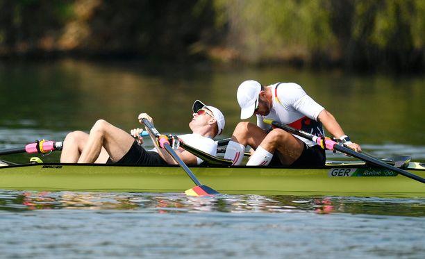 Kummatkin soutajat kuukahtivat jo vedessä.