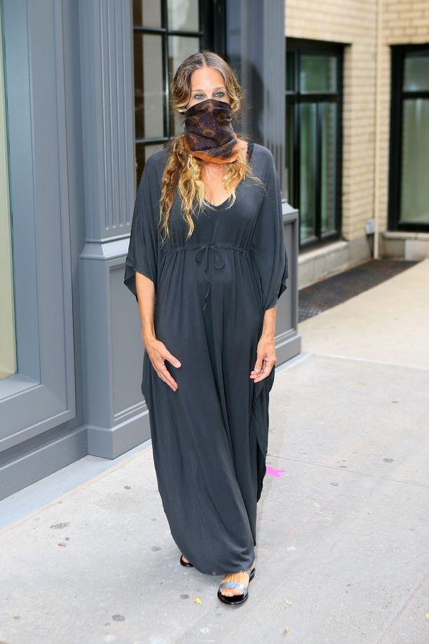 Sarah Jessica Parker poseeraa oman kenkäliikkeensä edustalla New Yorkissa.