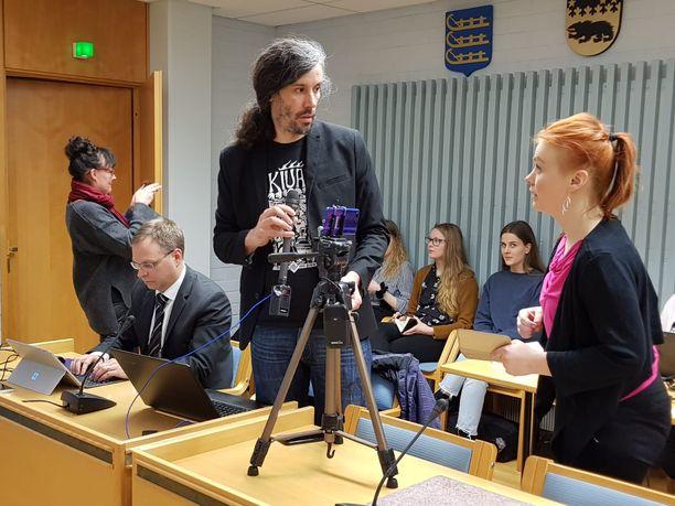 Junes Lokka kuvasi videota myös käräjäoikeudessa ennen istuntoa ja vaati saada jatkaa sitä salissa.
