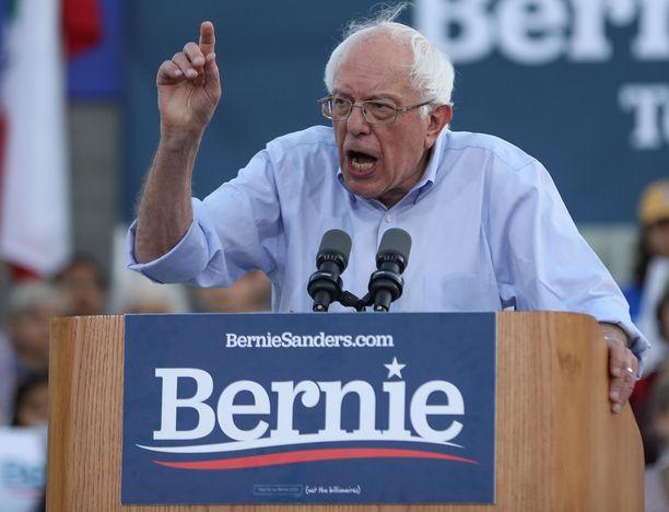 Sanders tunnetaan ilmeikkäästä ja suorasta tyylistään.