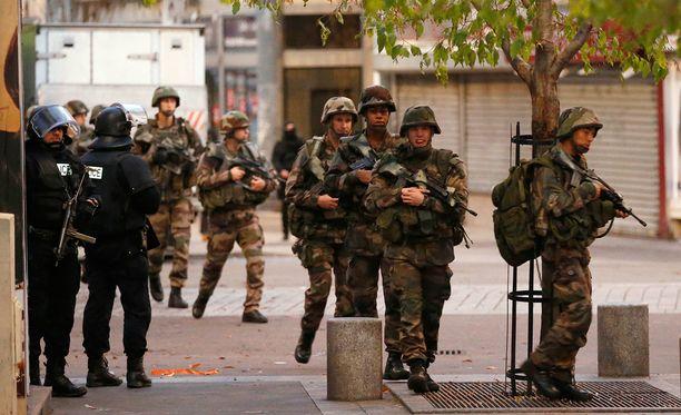Sotilaat partioivat Pariisissa St. DenisŽn lähiössä. Alueella nähtiin varhain aamulla massiivinen piiritystilanne.