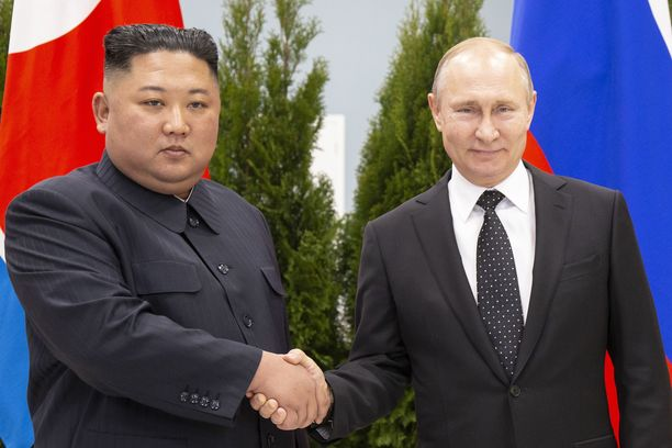 Kim Jong-un ja Vladimir Putin poseerasivat kameroille ennen torstaisia neuvottelujaan.