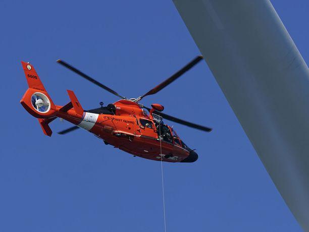 Hylky ja ruumiit olivat vedessä. Kuvituskuvassa USA:n rannikkovartioston helikopteri.
