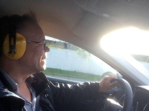 Uudessa vasta hankitussa autossa kova melu ärsyttää todella.