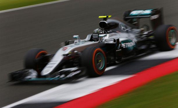 Nico Rosberg heitti löylyä Lewis Hamiltonille.