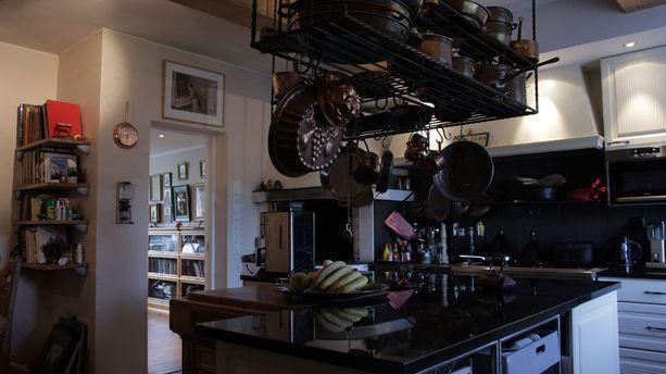 Keittiö löytyy kartanon keskikerroksessa. Kodinsydämessä yhdistyy uusi ja vanha.