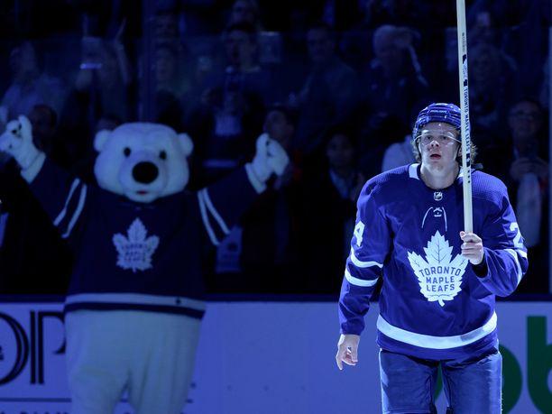 Kasperi Kapanen palkittiin maanantaina Toronto Maple Leafsin ja Los Angeles Kingsin välisen ottelun ykköstähtenä.
