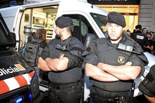 Poliisit joutuivat pelastamaan erään espanjalaisen tv-ryhmän mielenosoittajien keskeltä.