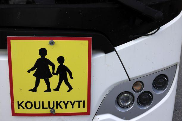 Teot tapahtuivat koulukyytibussissa sen ollessa pysähtyneenä.