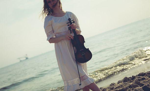 """Hauska knoppitieto: lantiota, jossa on painaumat sivuilla, kutsutaan englannin kielellä myös viululantioksi, """"violin hips""""."""
