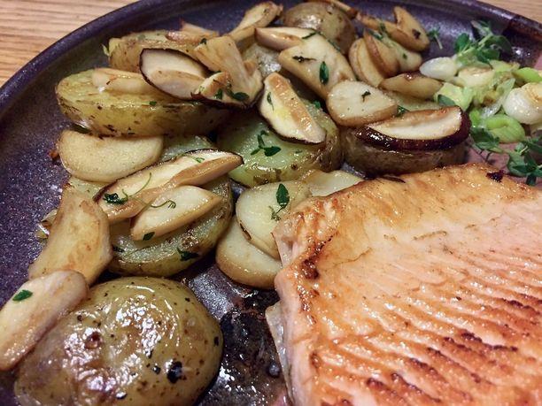 Sieni-perunahöystö maistuu esimerkiksi paistetun kalan kanssa.