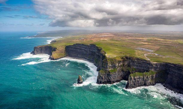 Moherin kalliot keräävät runsaasti kävijöitä Irlannissa.