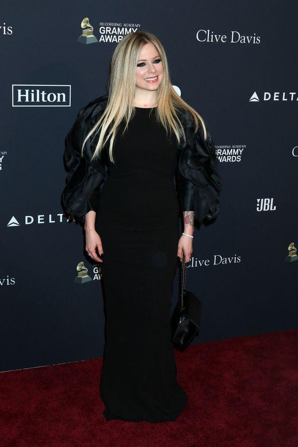 Avril Lavigne juhli tilaisuudessa mustassa mekossa.