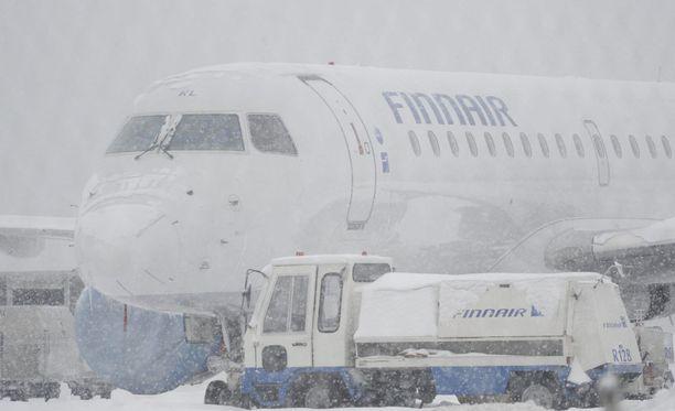 Helsinki-Vantaan lentokentällä on erittäin lumiset oltavat. Kuvituskuva.