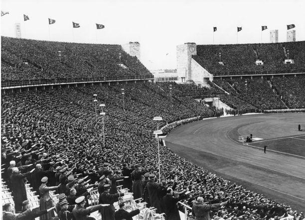 Natsitervehdys kesäolympiakisoissa 1936. Berliinin olympiastadion tunnettiin aiemmin nimellä Deutsches Stadion.