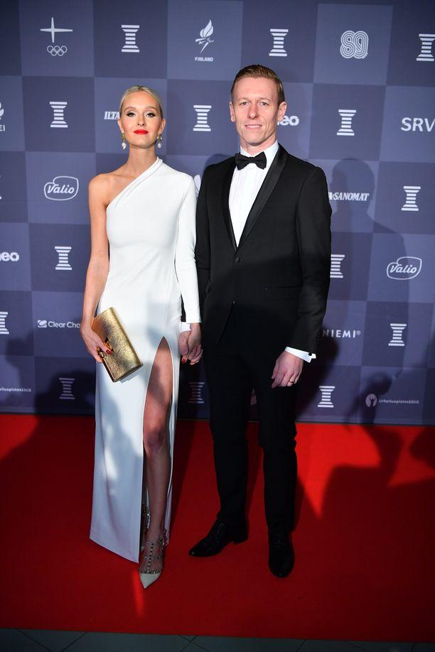 Myös ex-jalkapalloilija Mikael Forssellin puoliso, bloggaaja Metti Forssell luotti rohkeaa halkioon valkoisessa iltapuvussaan.
