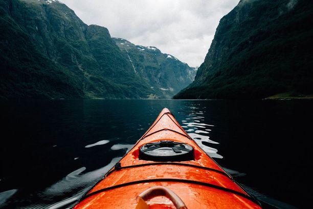Vuonomaisemista kannattaa nauttia myös vesillä.