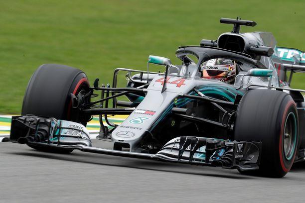 Lewis Hamilton taisteli Brasiliassa maaliin rikkinäisellä moottorilla.