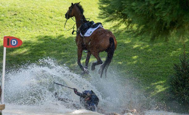 Hevonen jatkaa matkaansa, ja Zara yrittää kömpiä vedestä ylös.