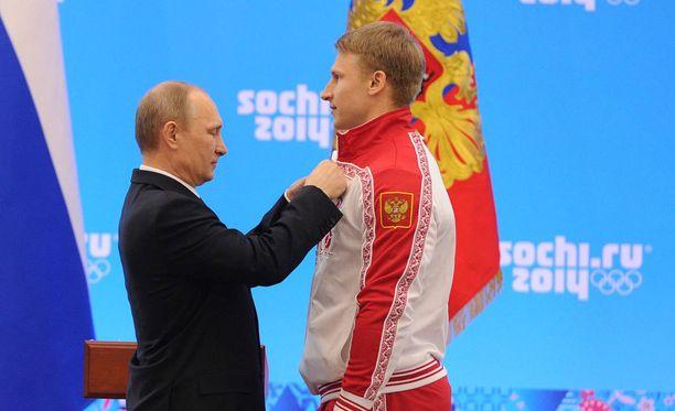 Dmitri Trunenkov sai Sotshissa kultamitalin presidentti Vladimir Putinilta.