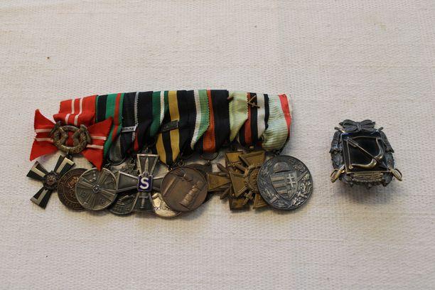 Samassa rivassa myydään yksitoista mitalia. Samaan erään kuuluu myös muun muassa Etelä-Savon rykmentin merkki miekkoineen, myöntökirja päivätty 5.10.1920.