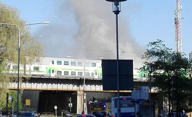 Intercity-juna kulki savun läpi Tampereen keskustassa iltapäivällä.