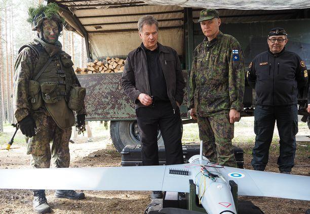 Presidentti Niinistö seurasi harjoitusta maastossa ja komentopaikoilla. Presidentin seurassa puolustusvoimain komentaja, kenraali Jarmo Lindberg ja Rajavartiolaitoksen päällikkö, kenraali Jaakko Kaukanen.