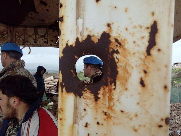 Kranaatit ovat tehneet tuhoja monissa rakennuksissa. Väkivalta on arkipäivää.