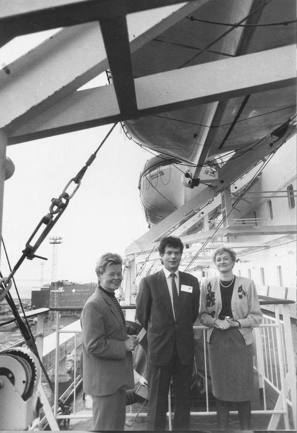 Kokoomuksen kansanedustajat Pirjo Rusanen, Sauli Niinistö ja Anneli Taina edustivat laivaseminaarissa helmikuussa 1990.