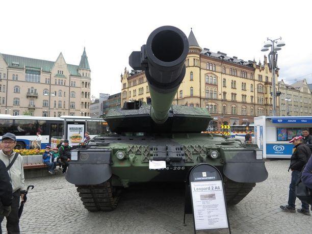Leopard painaa 60 tonnia ja kulkee huippunopeudessaan 65 kilometriä tunnissa.