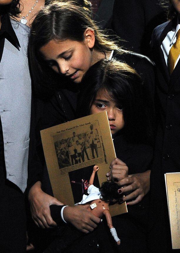 Paris Jackson lohduttamassa pikkuveljeään isänsä muistotilaisuudessa vuonna 2009.