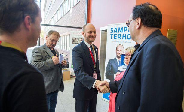 Kuvassa Sampo Terho perussuomalaisten puoluekokouksessa viime viikonloppuna. Terho hävisi puolueen puheenjohtajavaalin, mutta hän on nyt Uusi vaihtoehto -ryhmän trioministeri eli hoitaa yhteydenpidon hallituspuolueiden johtajien, Petteri Orpon ja Juha Sipilän kanssa.
