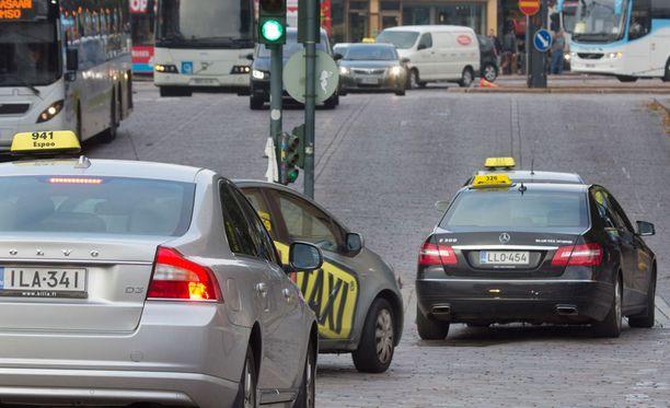 Kokenutta taksimiestä syytettiin törkeästä lapsen seksuaalisesta ahdistelusta. Kuvassa takseja Helsingin keskustassa.