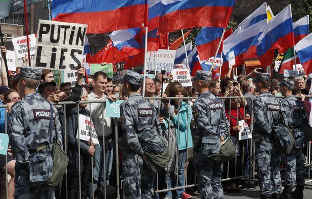 """""""Putin valehtelee"""", luki eräässä kyltissä."""