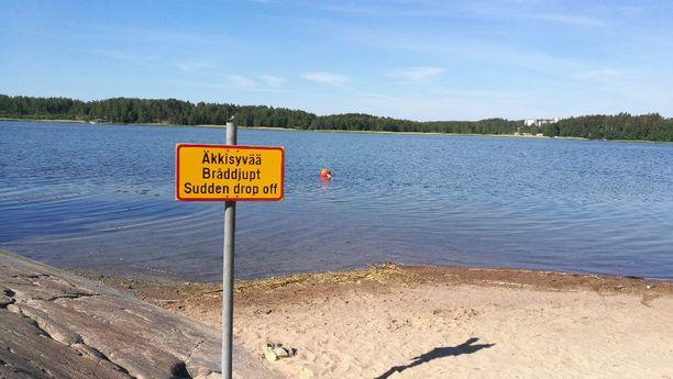 Espoon kaupunki merkitsi Kivenlahden uimarannan äkkisyvän varoituskyltillä ja poijulla.